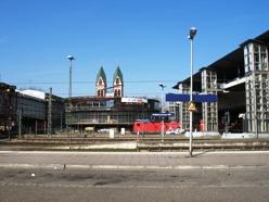 Friburgo stazione ferroviaria davanti bicistazione, a destra ponte tranviario e ciclopedonale di accesso ai binari, a sinistra ponte stradale